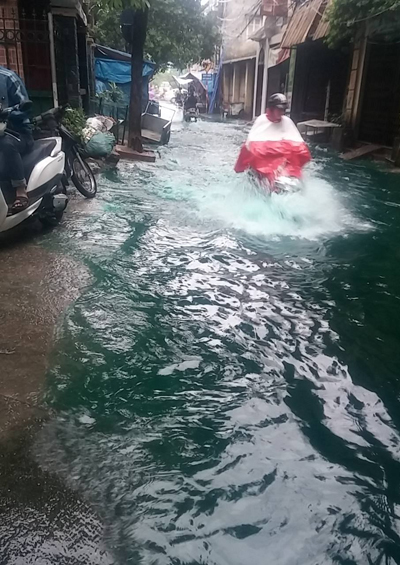 Clip hot nhất mùa mưa ngập: Bơi trên đường